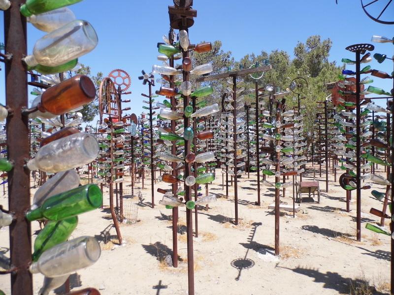 De Bottle tree ranch in Bagdad Californië. Middenin de woestijn ineens een woud van lege flessen...  (Foto: qltel)