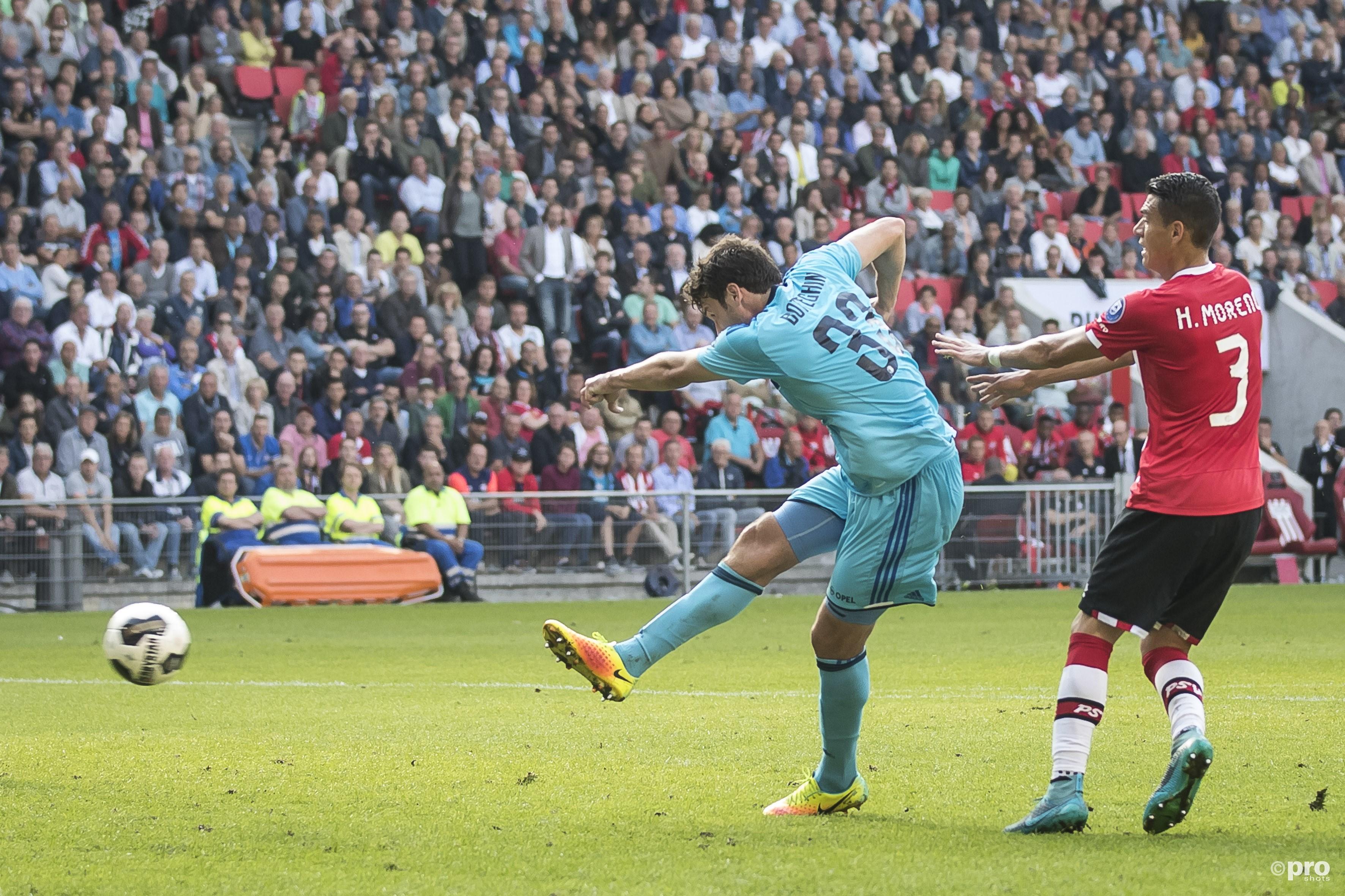 Feyenoord-speler Eric Botteghin (L) scoort de 0-1, PSV'er Hector Moreno (R). (PRO SHOTS/Joep Leenen)