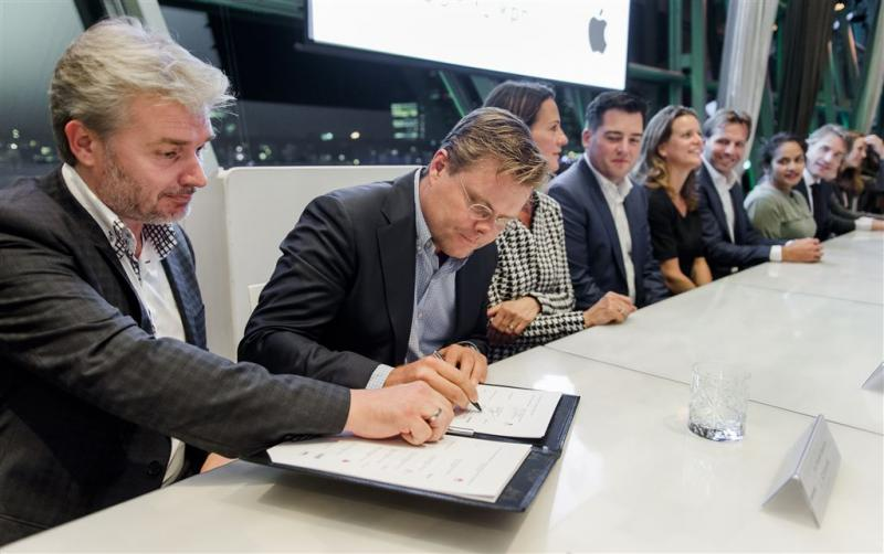 Minister: maak telefoon of tablet 'boefproef'