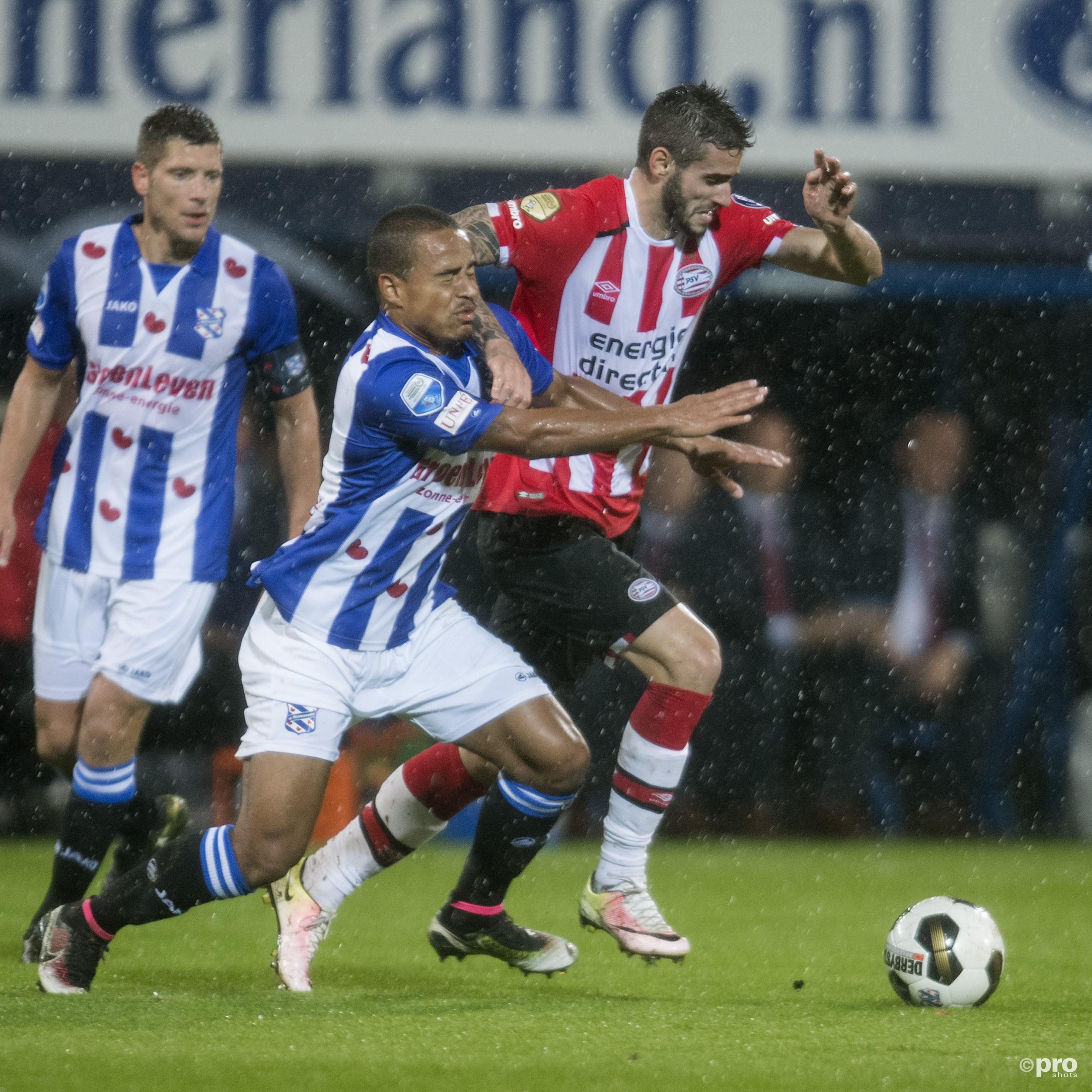 SC Heerenveen-speler Lucas Bijker in duel met PSV'er Gaston Pereiro. (PRO SHOTS/Jasper Ruhe)