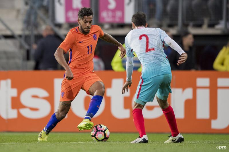 Jong Oranje-speler Ricardo Kishna in duel met Jong Turkije-speler Alperen Babacan (Pro Shots / Jasper Ruhe)