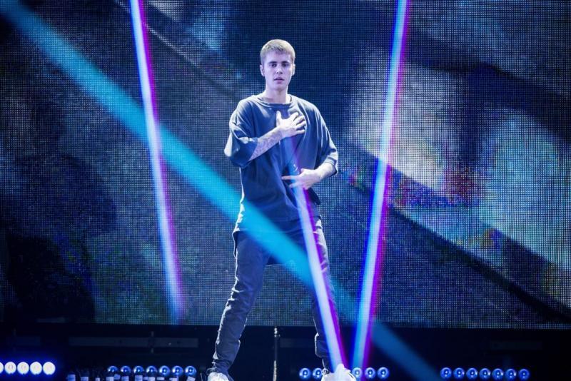 Bieber trapt een balletje met scholieren