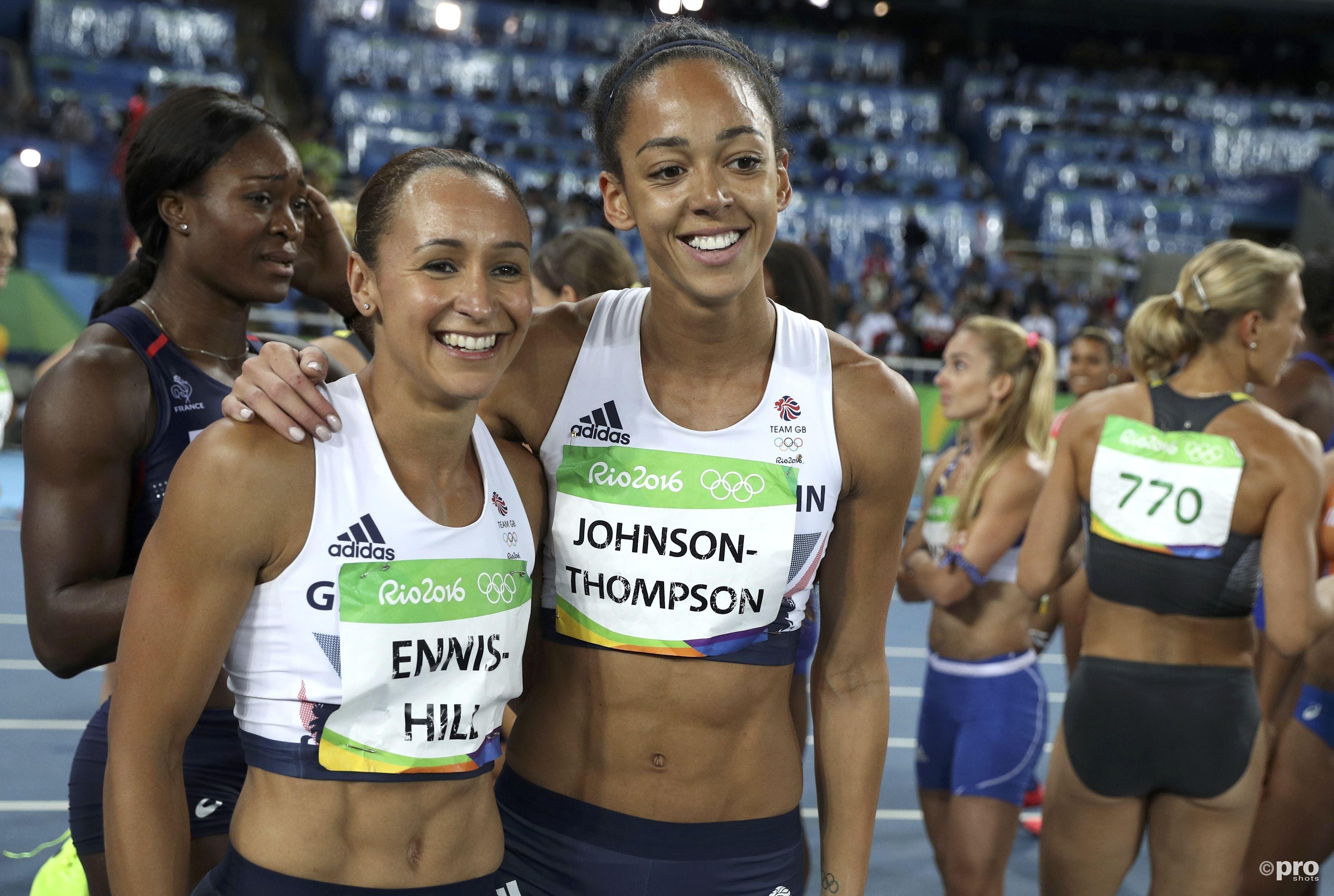 Ennis-Hill na afloop van de olympische zevenkamp in Rio, samen met haar beoogd opvolgster Katarina Johnson-Thompson, die zesde werd (PROSHOTS/Action Images)