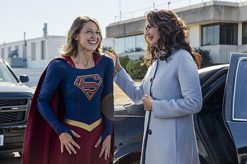 Melissa Benoist als Supergirl met Wonder Woman-actrice Lynda Carter als president Olivia Marsdin