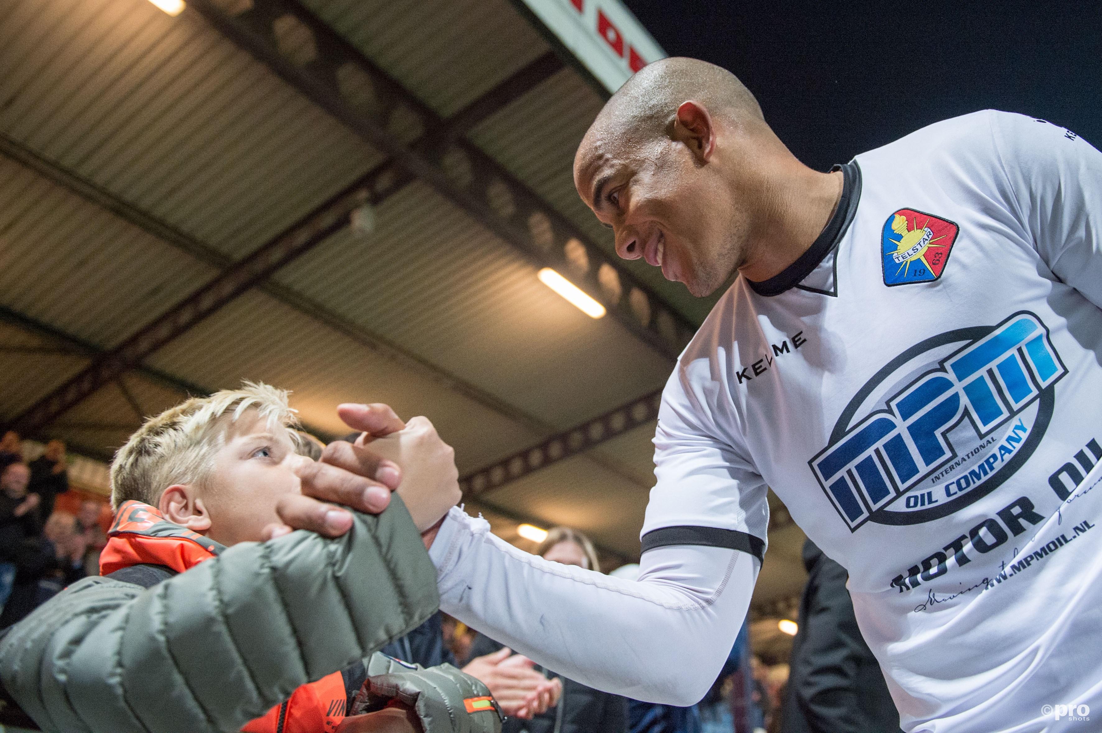 Telstar-speler Bryan Ottenhof viert de overwinning met een jonge supporter. (PRO SHOTS/Martijn Buskermolen)