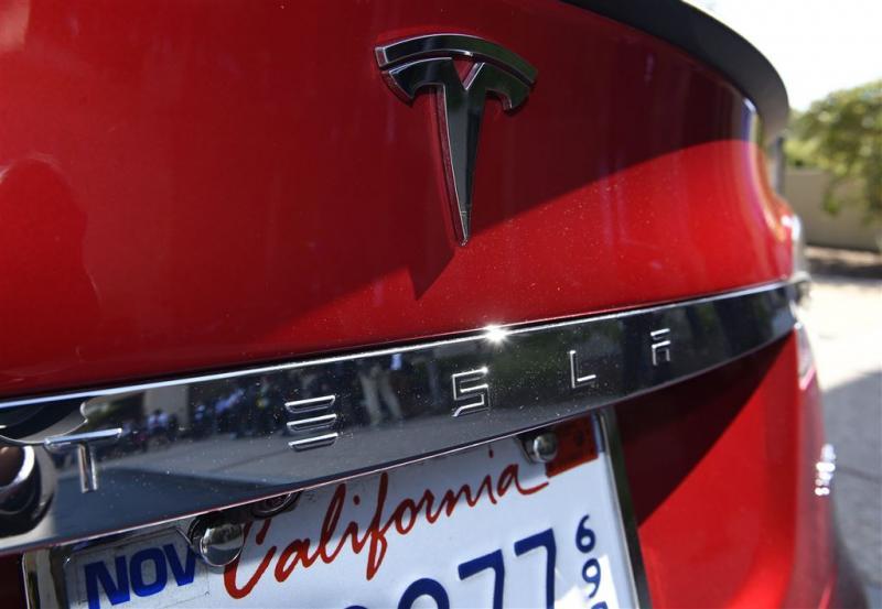 Tesla mag naam 'autopilot' niet gebruiken
