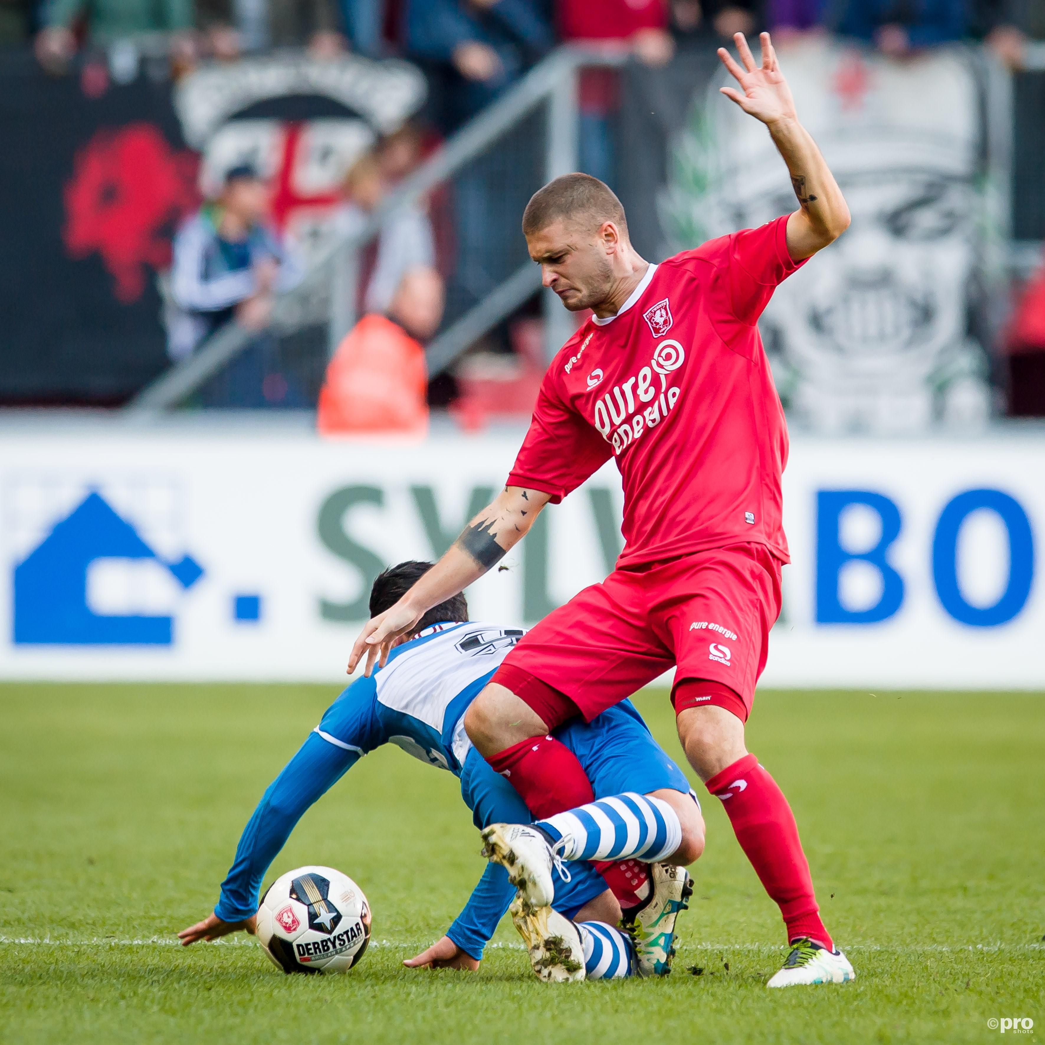 FC Twente-speler Mateusz Klich in duel met PEC Zwolle-speler Anass Achahbar. (PRO SHOTS/Lars Smook)