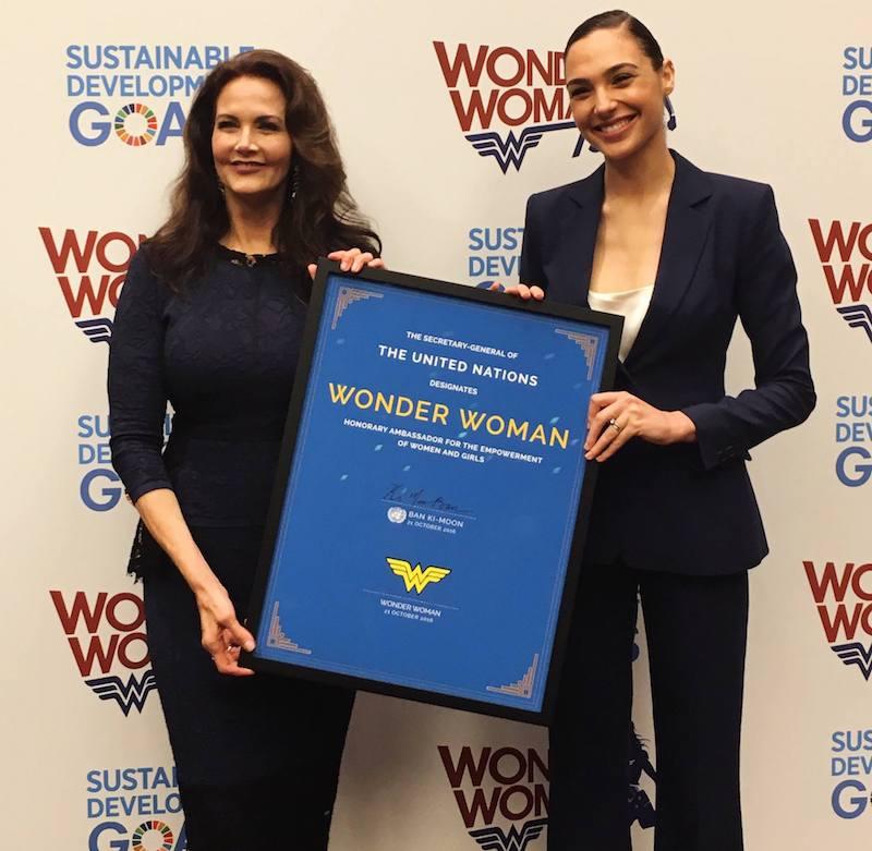 Lynda Carter en Gal Gadot tijdens de VN-ceremonie voor Wonder Woman