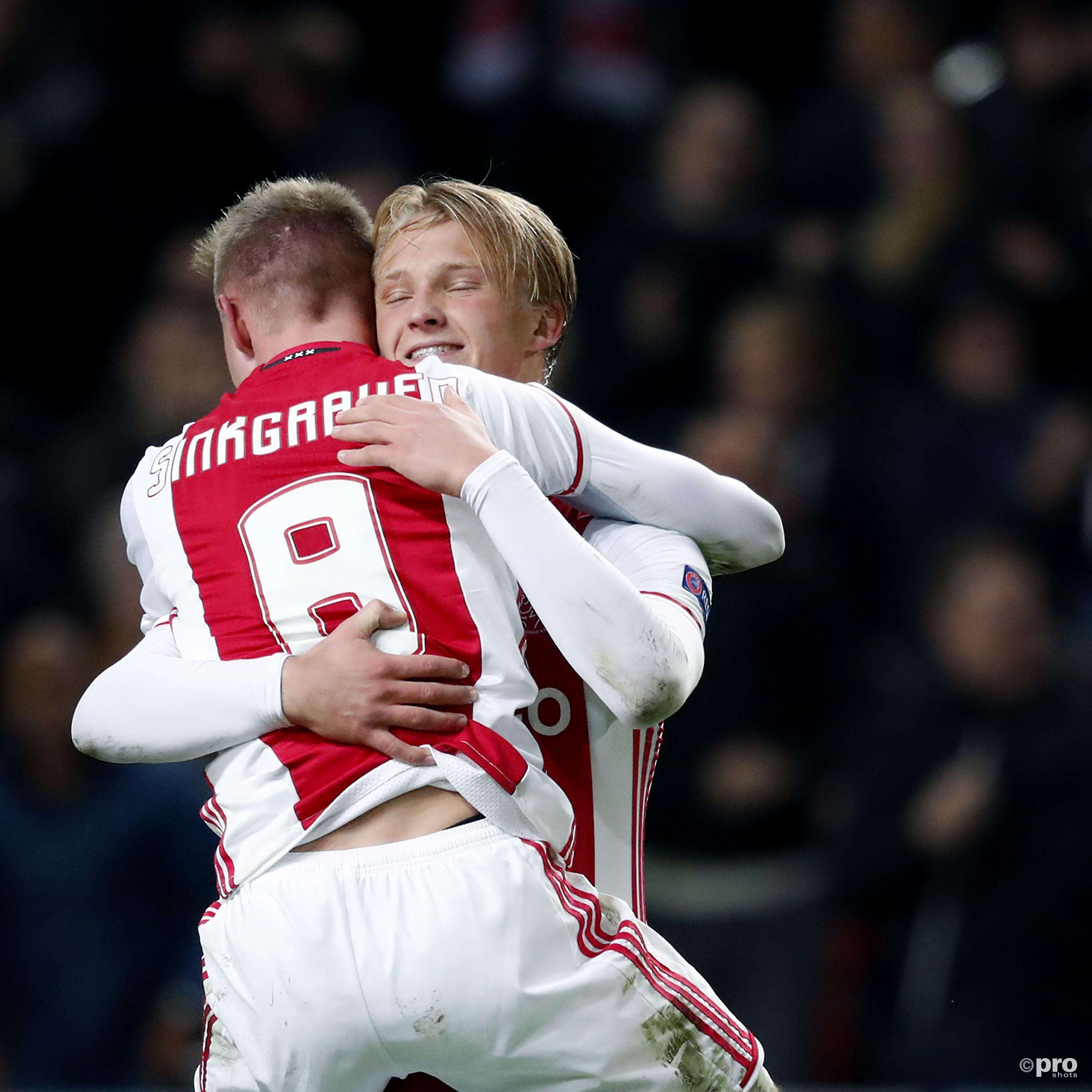 Sinkgraven feliciteert Dolberg met zijn goal. (PRO SHOTS/Henk Jan Dijks)