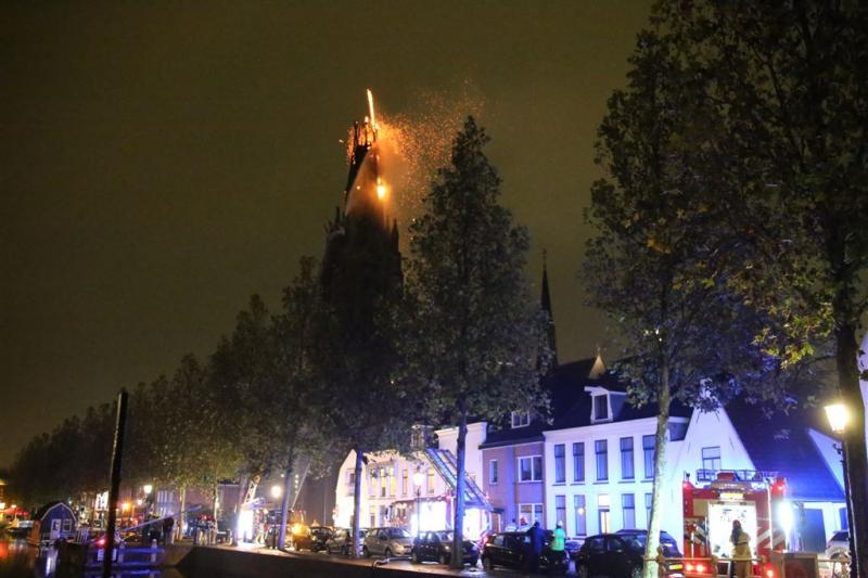 Kerktoren in centrum van Weesp staat in brand
