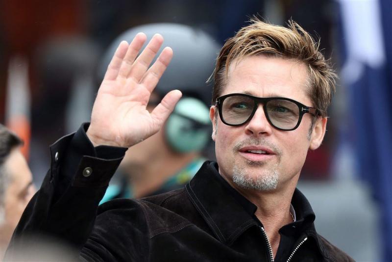 Brad Pitt verschijnt alleen op de rode loper