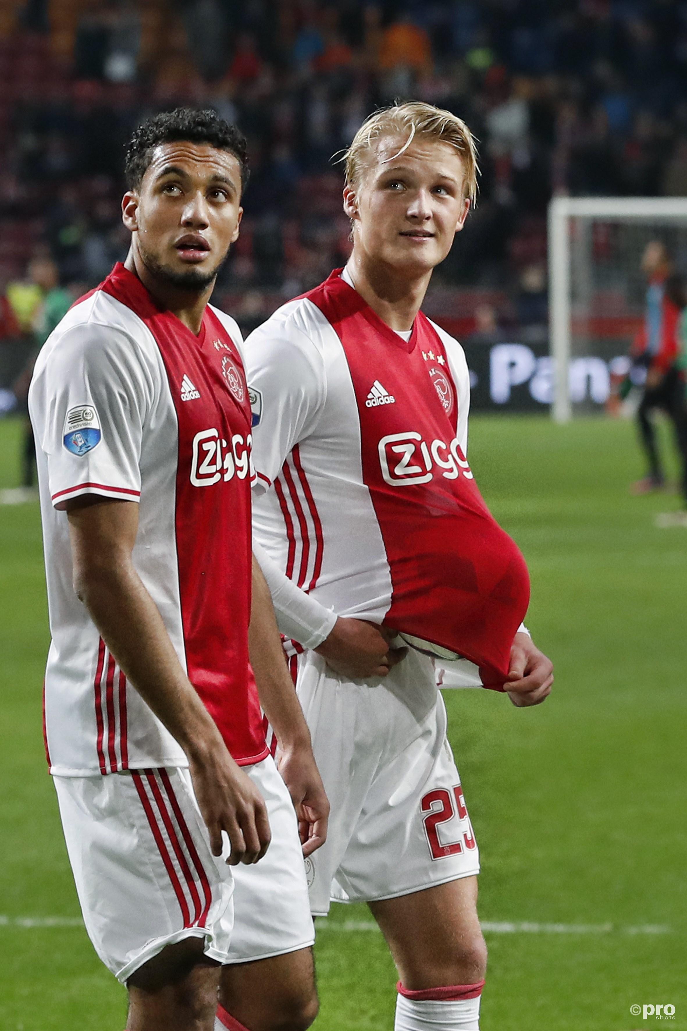 Jairo Riedewald en Kasper Dolberg vieren de winst. Laatstgenoemde mag de bal houden in verband met zijn hattrick. (PRO SHOTS/Stanley Gontha)