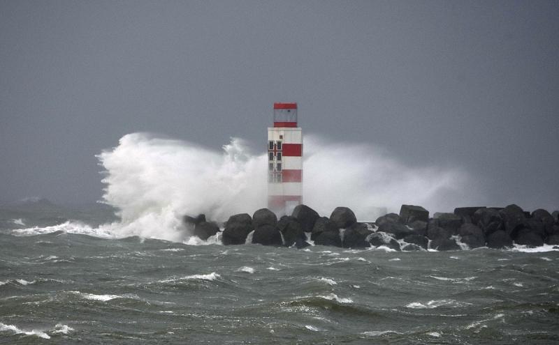 Windkracht 10 op de pier van IJmuiden. (Foto: Martijn (gebruikernaam helaas onbekend))