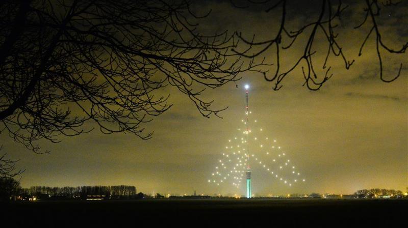 's Werelds grootste 'kerstboom' gaat weer aan