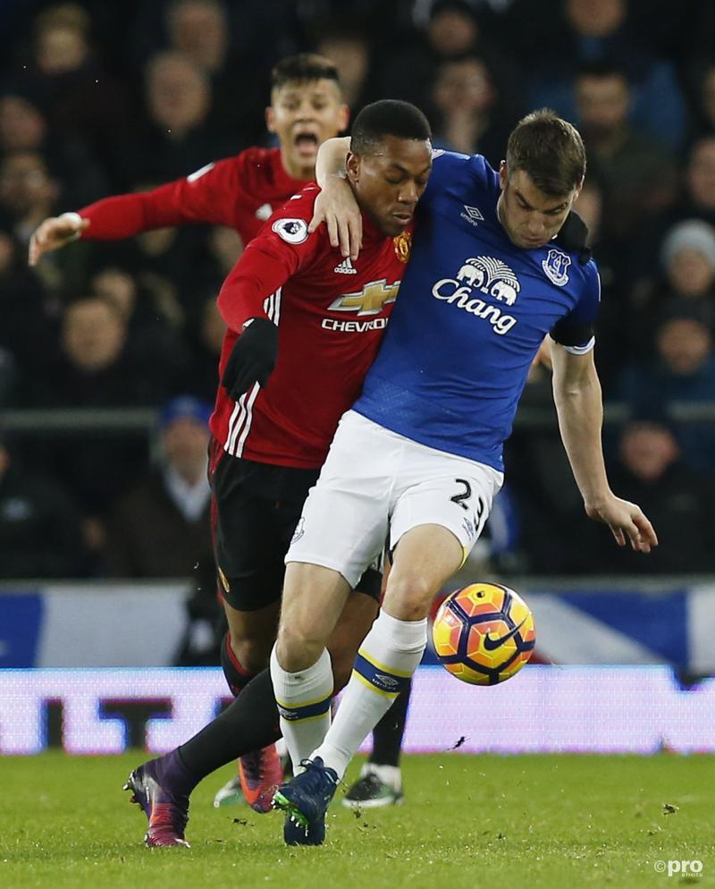 Everton-speler Seamus Coleman en Manchester United-speler Anthony Martial gaan gearmd over het veld, wat zou een goed onderschrift zijn bij deze foto? (Pro Shots / Action Images)