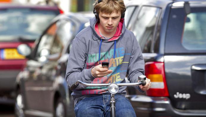 Appen op de fiets eindelijk verboden (foto: ANP)