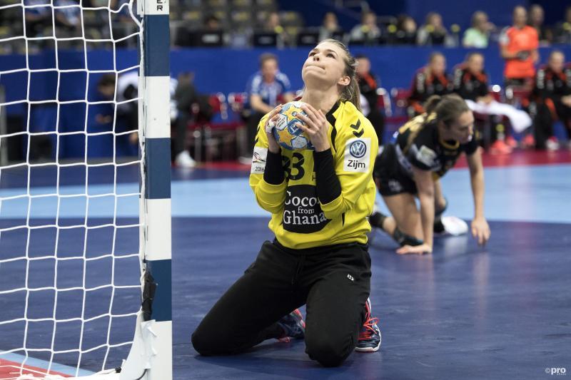 Handbalkeepster Tess Wester koestert de bal op het EK, wat is een goed onderschrift bij deze foto? (Pro Shots / Bildbyran)