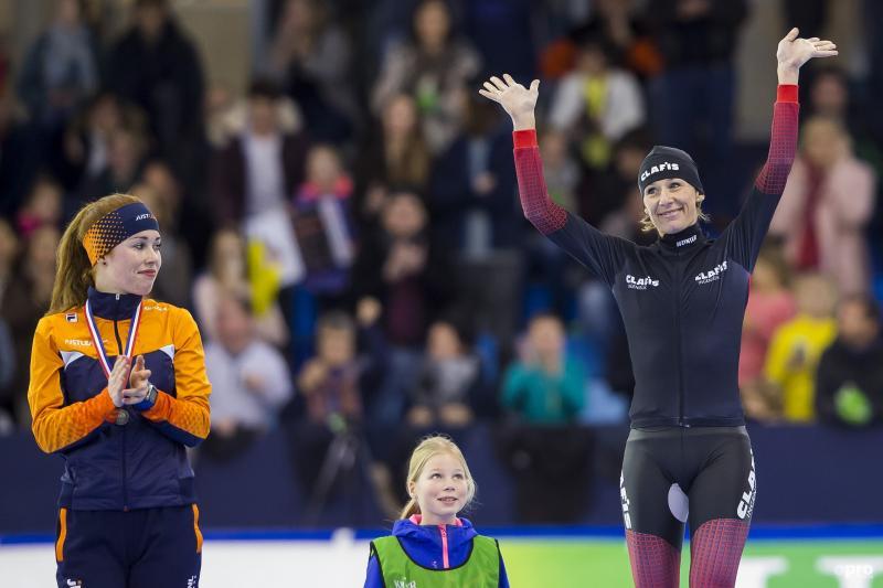 Carien Kleibeuker (r) krijgt applaus van Antoinette de Jong (l) (Pro Shots / Erik Pasman)