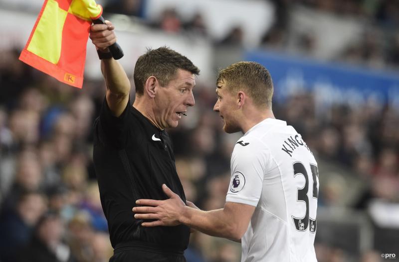Swansea City-speler Stephen Kingsley heeft schijnbaar een goed gesprek met de assistent scheidsrechter, waar hebben beide heren het over? (Pro Shots / Action Images)