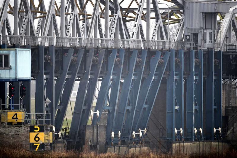 Water in Maas-Waalkanaal gepompt