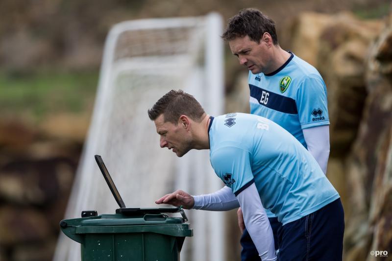 De technische staf van ADO Den Haag is druk bezig met een laptop tijdens het trainingskamp van de club, waar zijn de heren mee bezig? (Pro Shots / Marcel Bonte)