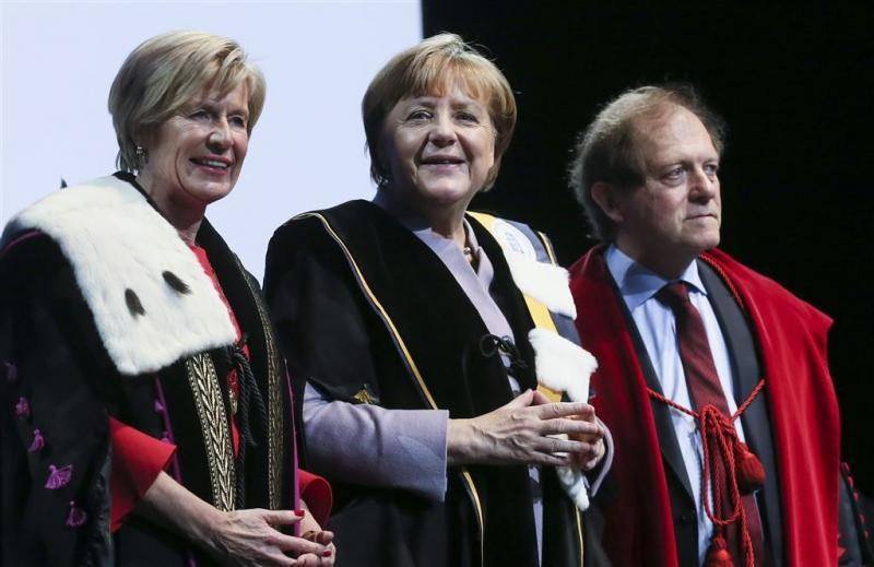 Merkel ontvangt eredoctoraat in Brussel