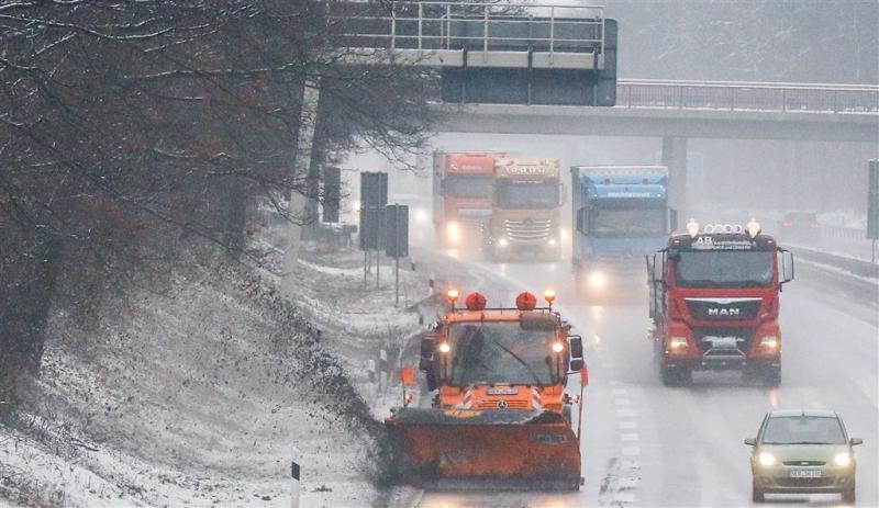 Wintersporters op terugweg uren in de file