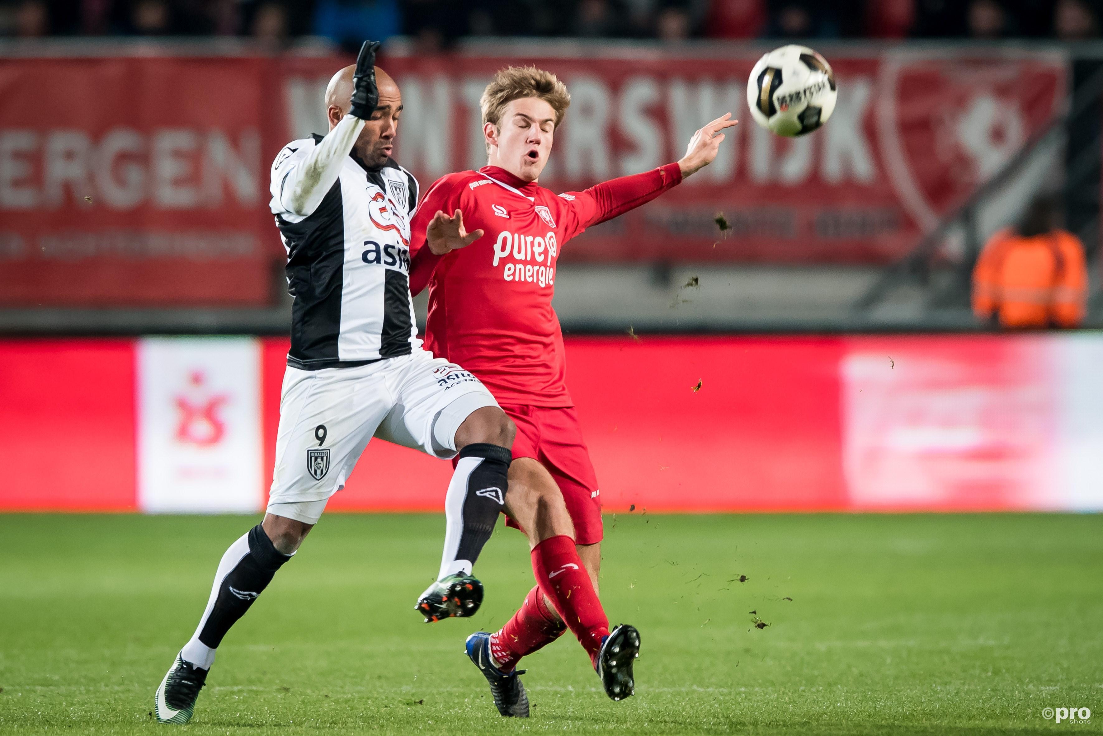 Heracles Almelo-speler Samuel Armenteros in duel met FC Twente-speler Joachim Andersen. (PRO SHOTS/Ronald Bonestroo)