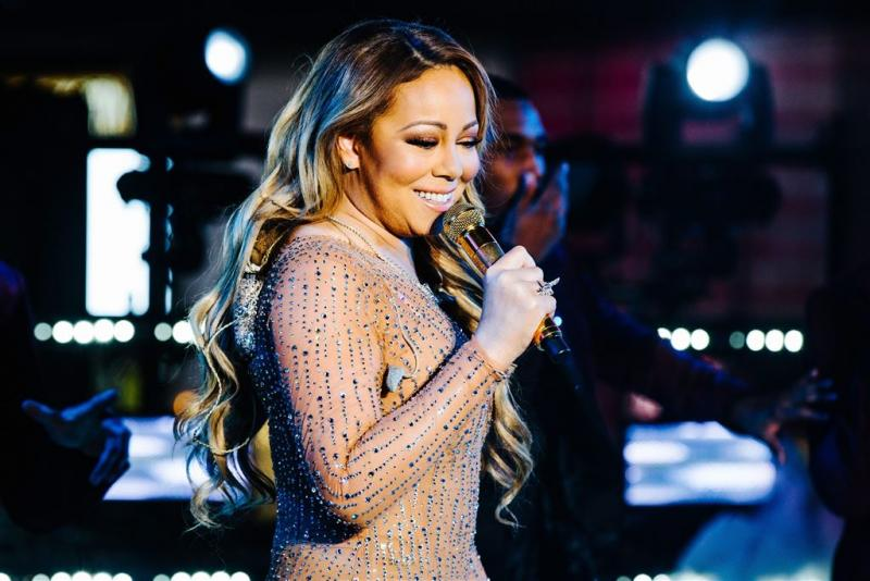 Mariah Carey zet trouwjurk in brand