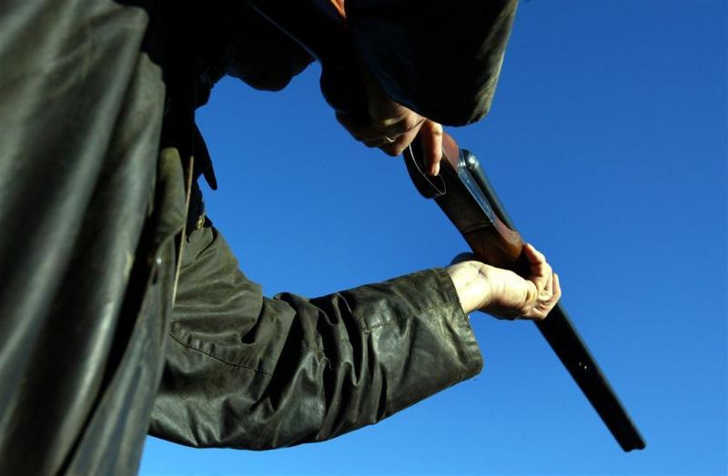 Man beschiet andere man met jachtgeweer