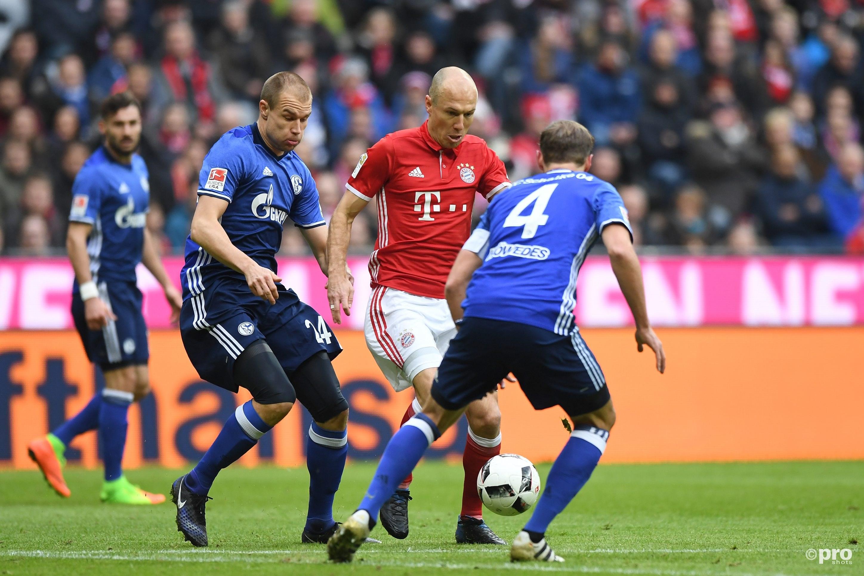 Arjen Robben in duel met Benedikt Hoewedes. (PRO SHOTS/Witters)