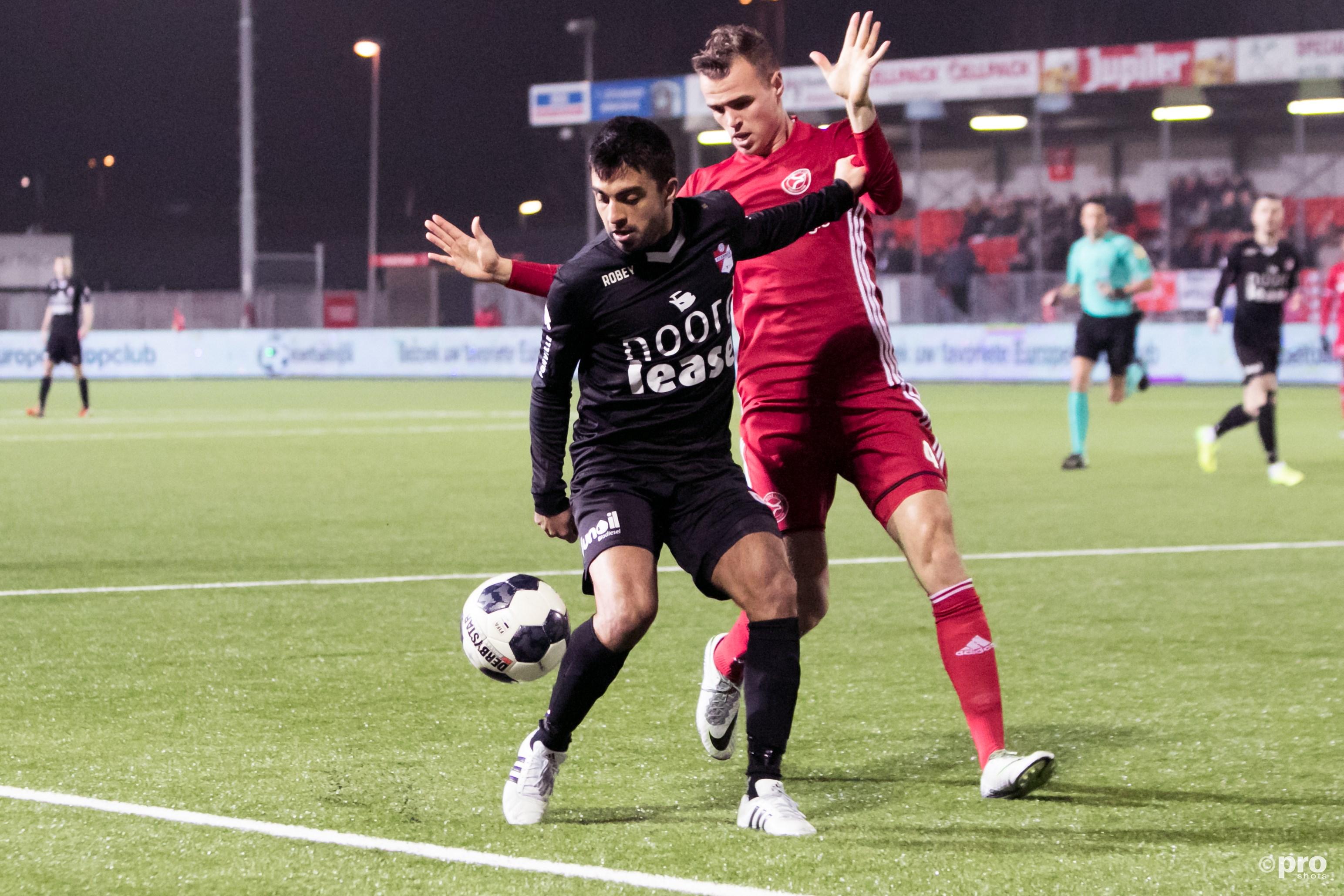 Emmen-speler Aslan in duel met Almere verdediger Nieuwpoort (Pro Shots/Remko Kool)