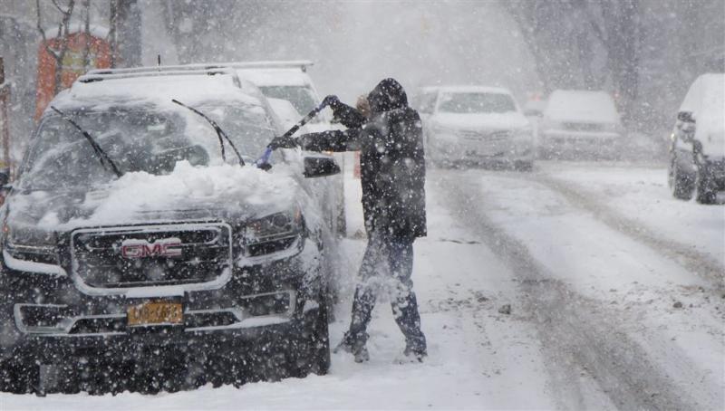 Sneeuwstorm treft verkeer New York