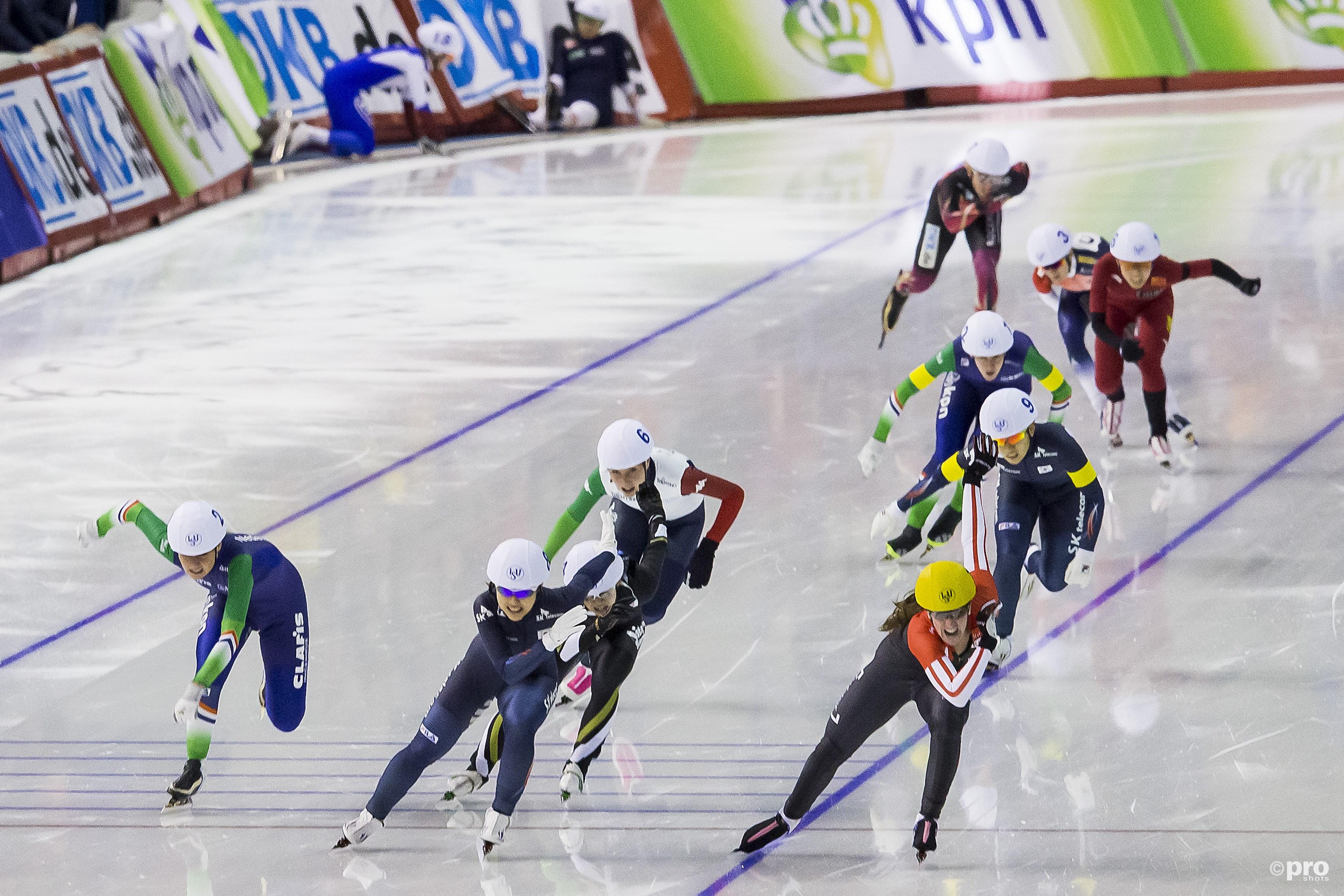 Kim Bo-reum (midden) wint een massastart in Calgary, terwijl achterin iets niet helemaal goed ging (Pro Shots/Erik Pasman)