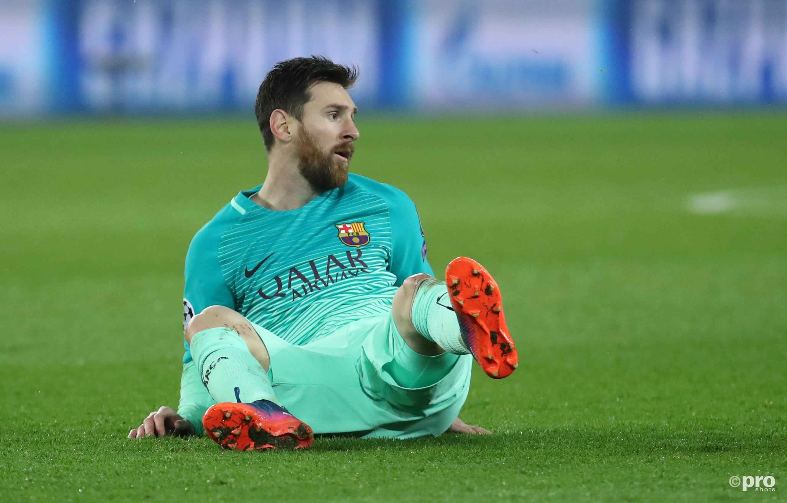 Messi zit verslagen op de grond. (PRO SHOTS/Action Images)