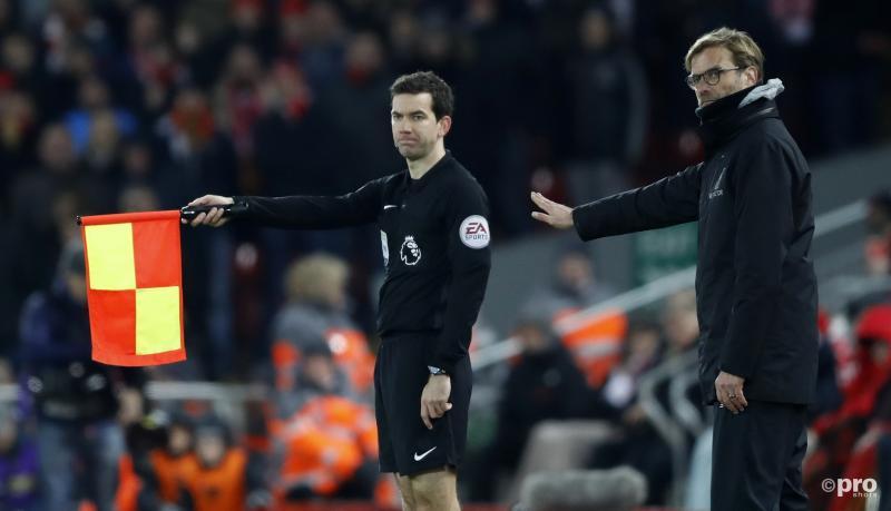 Liverpool-trainer Jürgen Klopp wil iets duidelijk maken aan de assistent scheidsrechter, maar wat? (Pro Shots / Action Images)