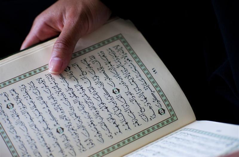 Molukse moskee beklad met leuzen