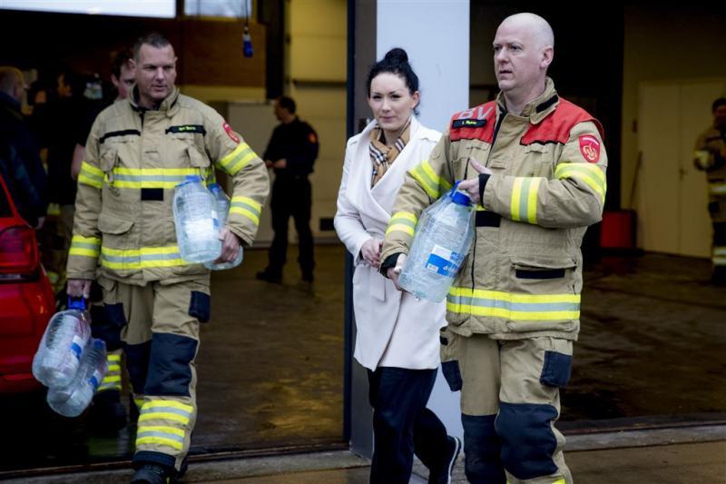 Brandweer deelt drinkwater uit