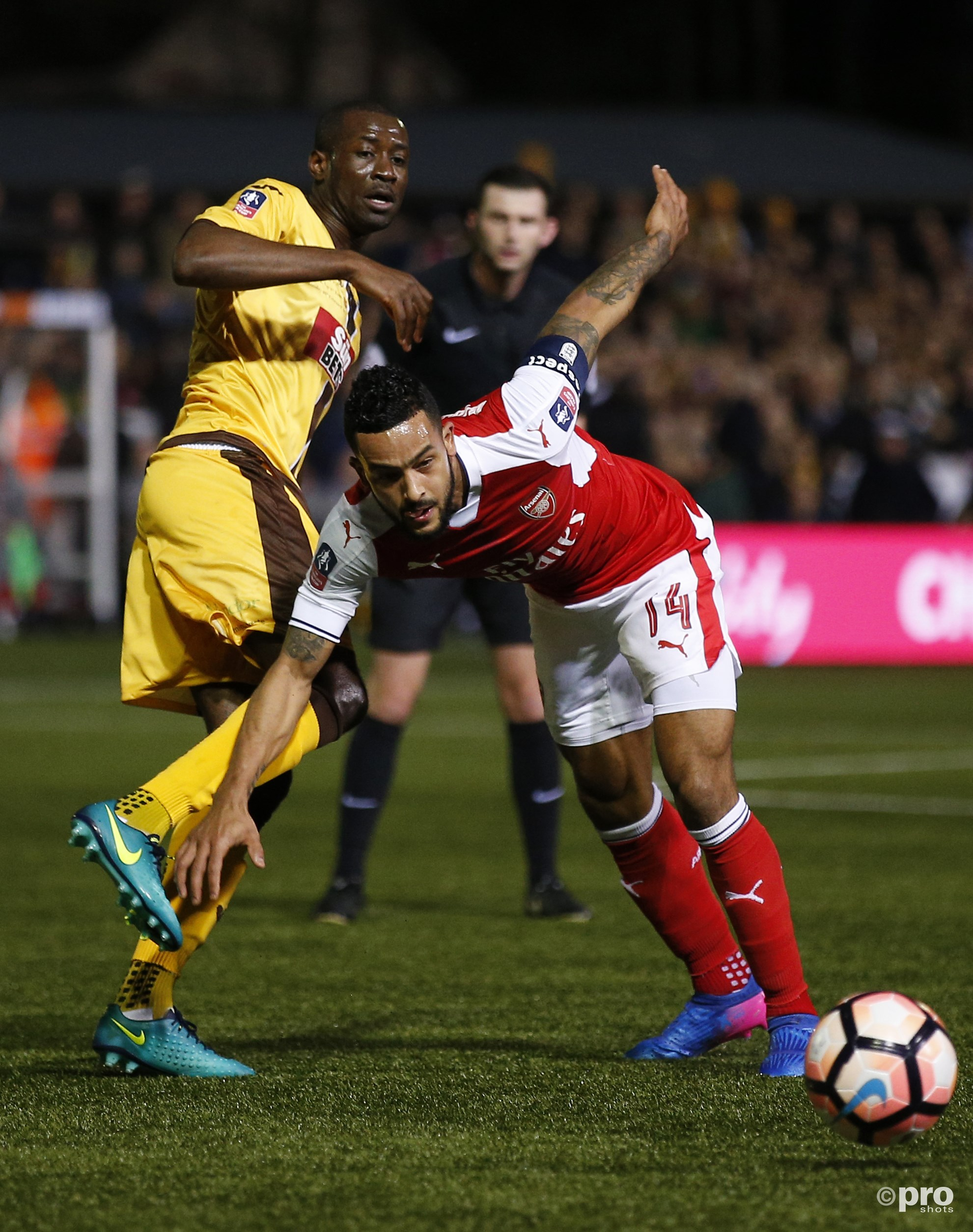 Theo Walcott in duel met Sutton United's Kevin Amankwaah. (PRO SHOTS/Action Images)