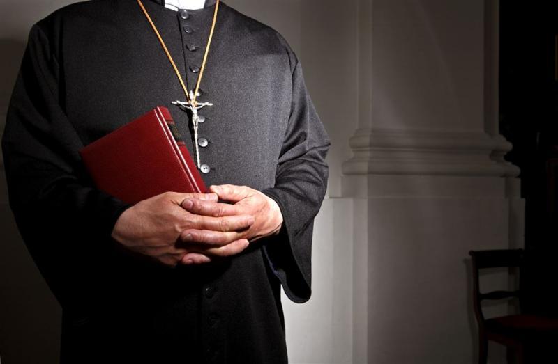 Priester geschorst wegens homofeestjes