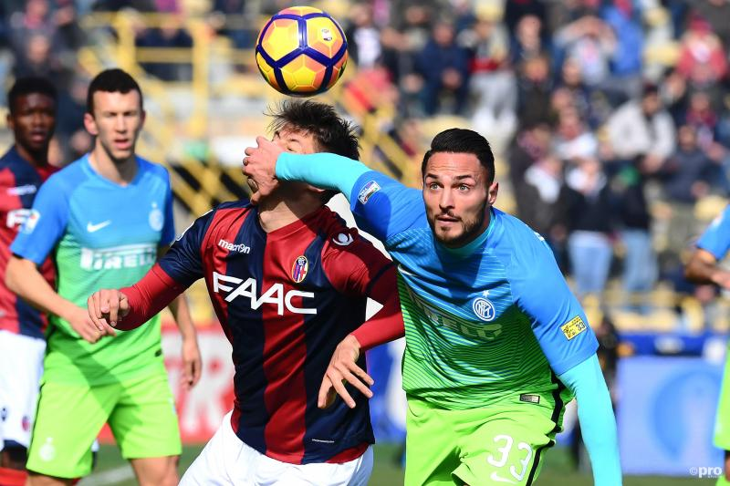 Inter-speler Danilo D'Ambrosio houdt Bologna-speler Bruno Petkovic hardhandig op afstand, wat zou een goed onderschrift zijn bij deze foto? (Pro Shots / Insidefoto)