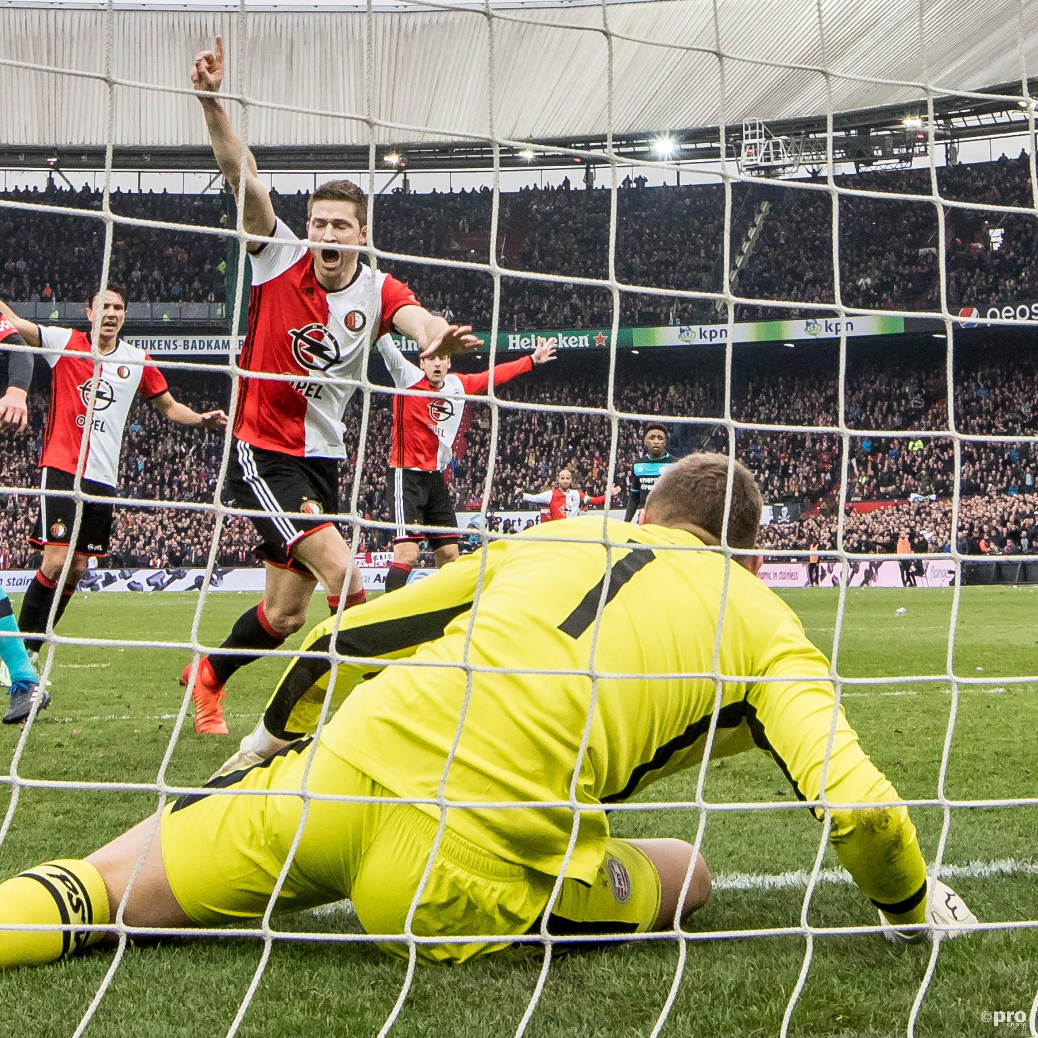 Jan Arie van der Heijden (l) scoort de 2-1 en viert dit, terwijl PSV keeper Jeroen Zoet (r) de bal nog op de lijn houd. (PRO SHOTS/Kay Int Veen)