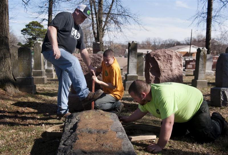 Weer grafstenen vernield op joods kerkhof