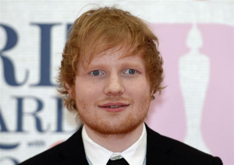 Ed Sheeran slaat Justin Bieber met golfclub