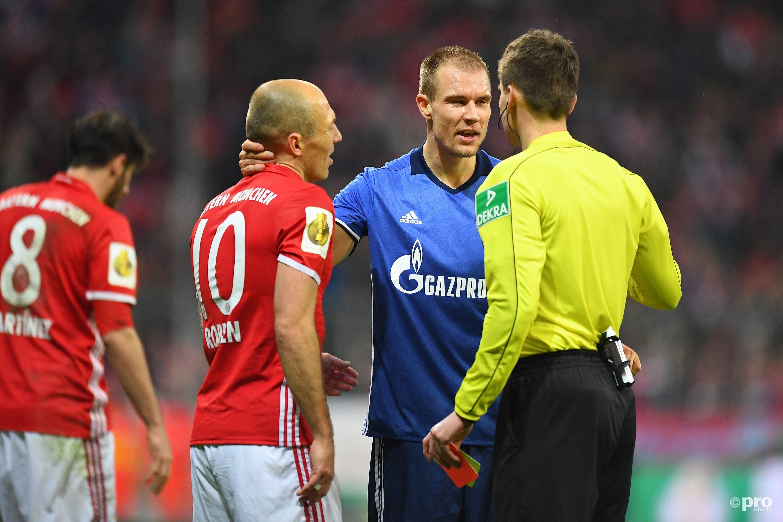 Robben in gesprek met scheidsrechter Siebert over de tweede gele kaart voor Badstuber (Pro Shots/Witters)