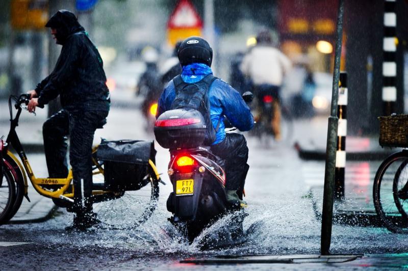 Fietser dupe van vervuilende scooters