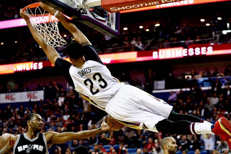 We zien hier Orleans Pelicans-speler Anthony Davis spectaculair in actie tijdens de wedstrijd tegen de San Antonio Spurs, wat zou een goed onderschrift zijn bij deze foto? (Pro Shots / Action Images)
