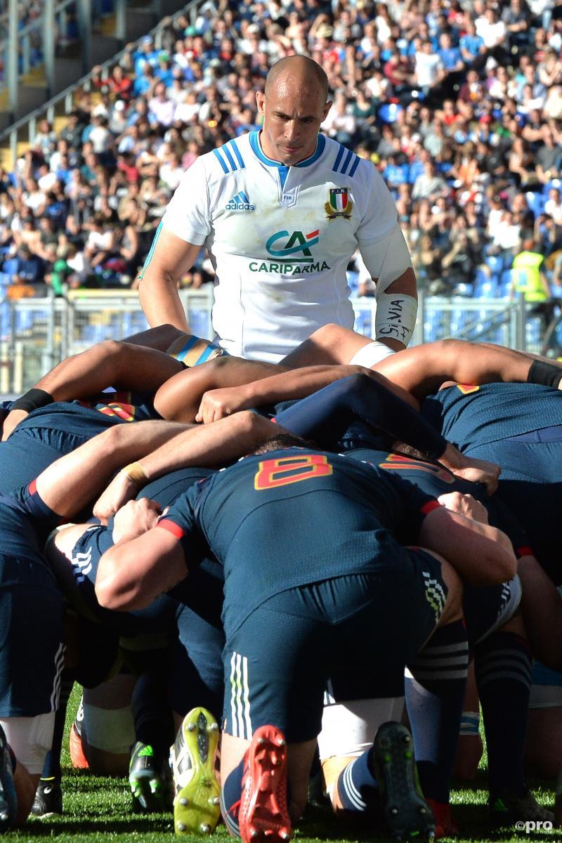 Sergio Parisse bekijkt zijn teamgenoten en tegenstanders tijdens de rugbywedstrijd tussen Italië en Frankrijk, wat zou een goed onderschrift zijn bij deze foto? (Pro Shots / Insidefoto)
