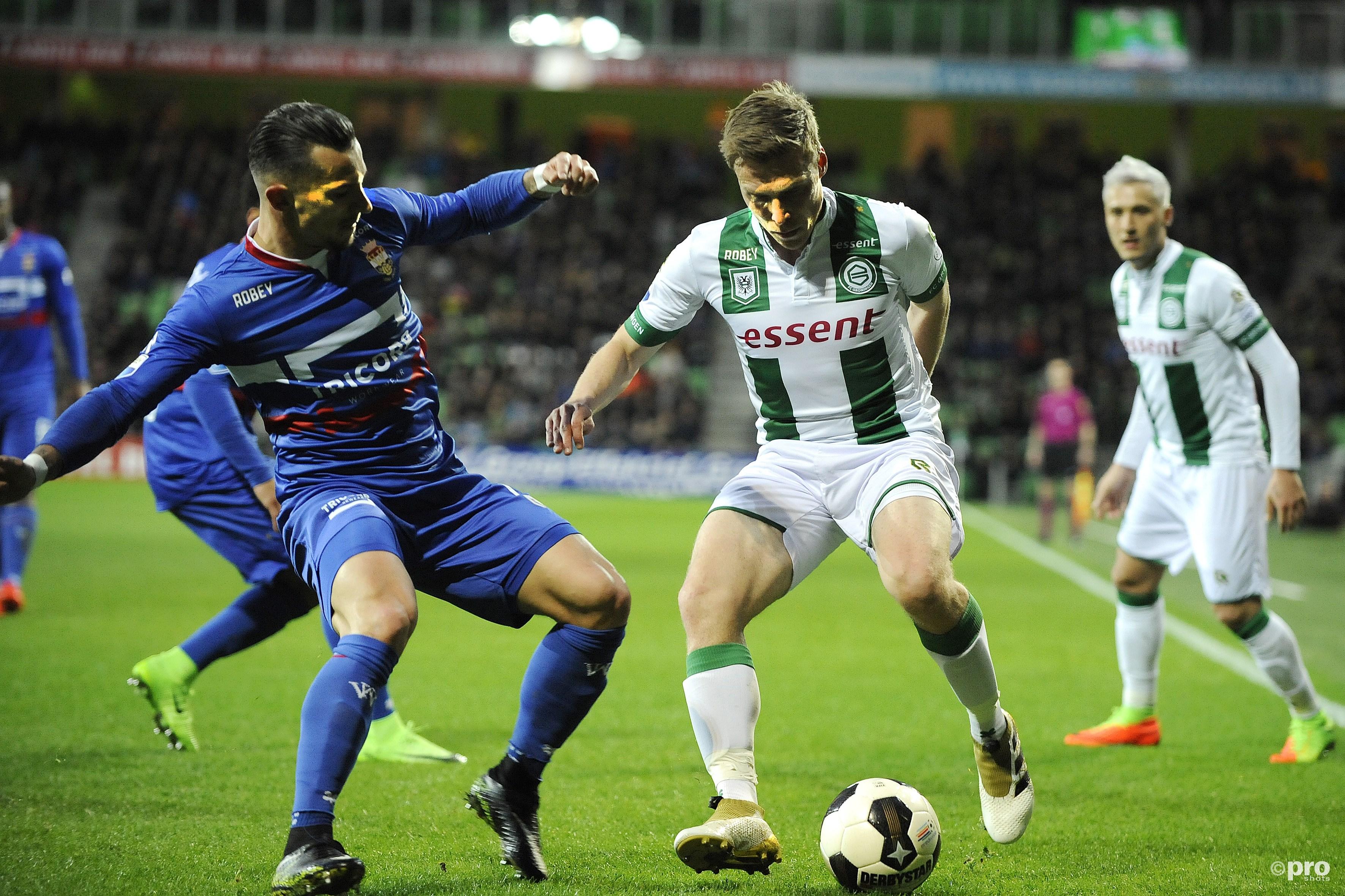FC Groningen-speler Ruben Ettergard Jenssen met Willem II'er Guus Joppen. (PRO SHOTS/Jan Kanning)