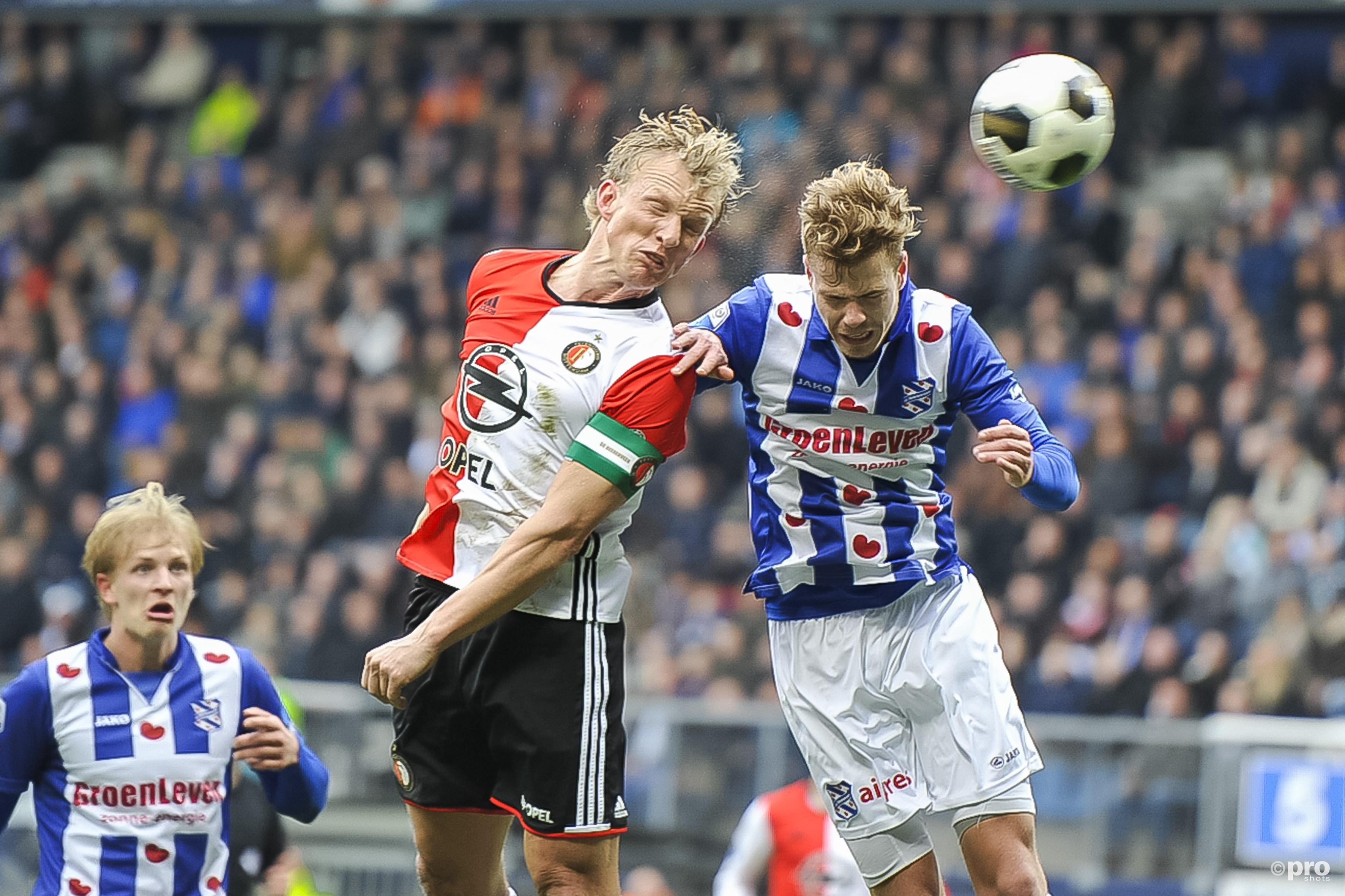 Dirk Kuyt (l) in duel met Joost den Aken (r). (PRO SHOTS/Cor Lasker)